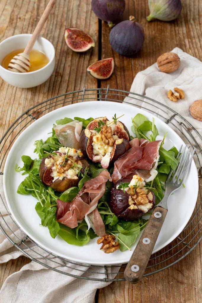 Gebackene Feigen mit Ziegenfrischkäse, Honig und Walnüssen serviert mit Rucolasalat und Prosciutto nach einem Rezept von Sweets & Lifestyle®