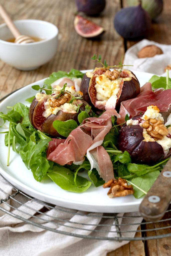 Gebackene Feigen mit Ziegenkäse, Walnüssen und Honig serviert mit Rucola und Prosciutto als leckerer Salat von Sweets & Lifestyle®
