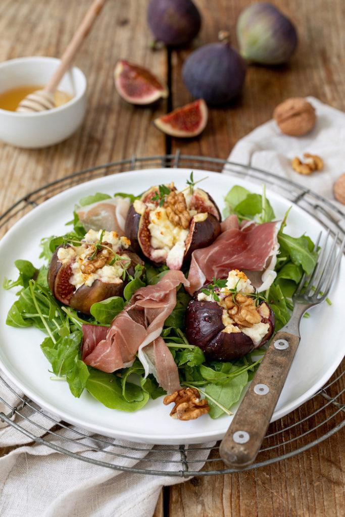 Gebackene Feigen mit Ziegenkäse, Honig und Walnüssen auf Rucolasalat nach einem Rezept von Sweets & Lifestyle®