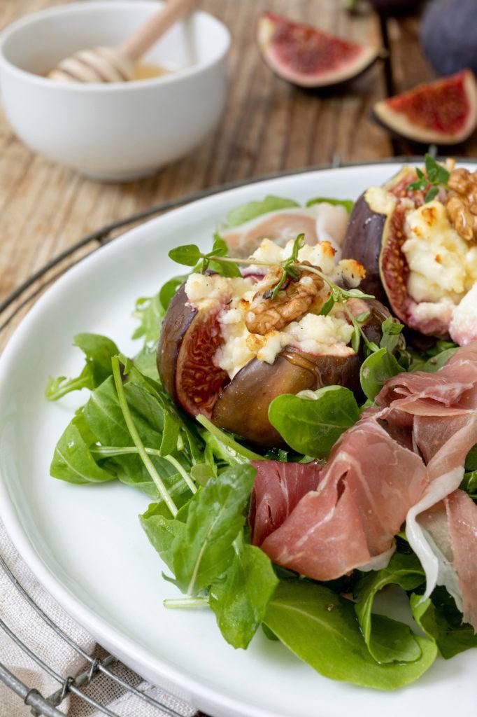 Gebackene Feigen mit Ziegenkäse und Walnüssen auf Rucolasalat serviert mit Prosciutto nach einem leckeren Rezept von Sweets & Lifestyle®