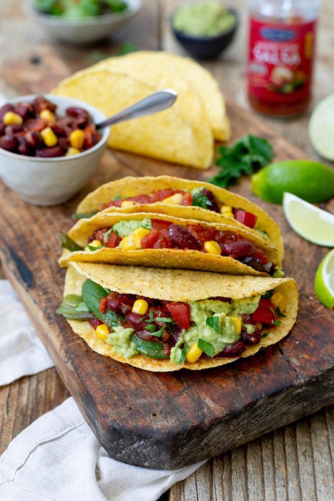 Tacos vegetarisch gefüllt mit Bohnen-Füllung mit Salsa und Guacamole nach einem Rezept von Sweets & Lifestyle®