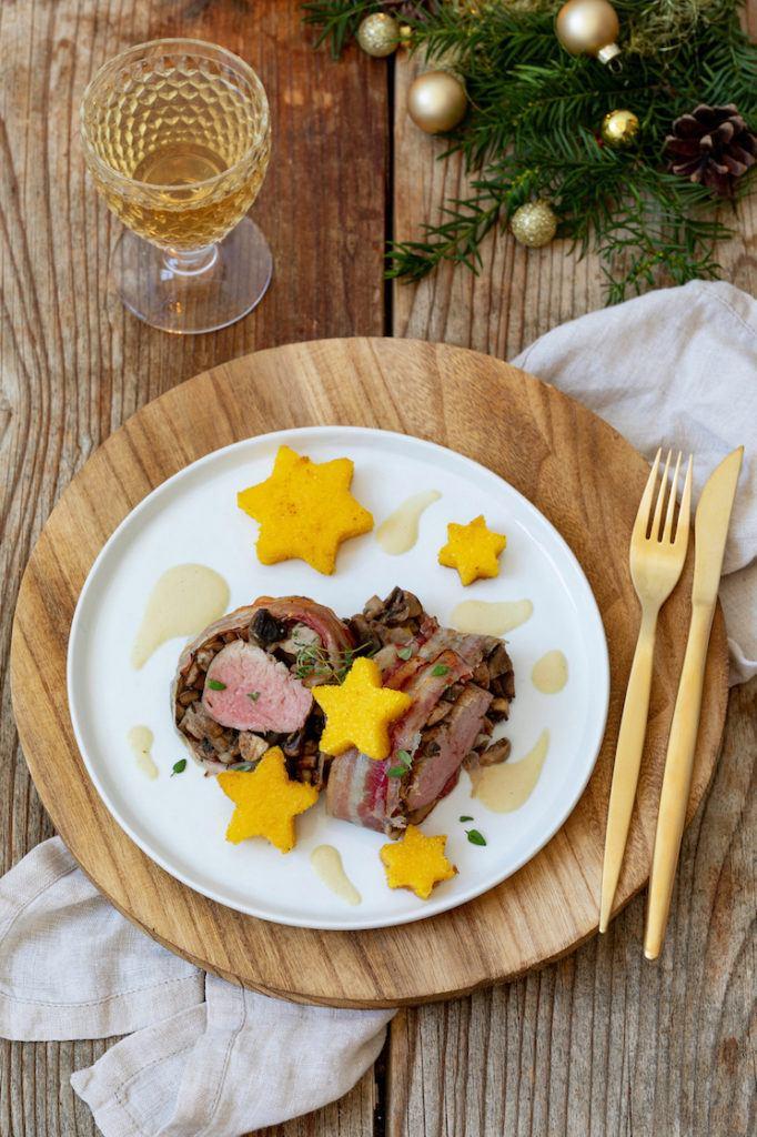 Lungenbraten im Speckmantel mit Polentasternen und Weißweinschaum als weihnachtliches Festessen nach einem Rezept von Sweets & Lifestyle®