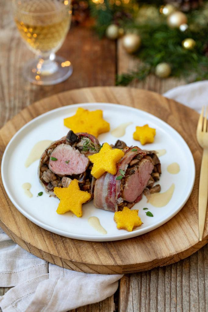 Lungenbraten im Speckmantel mit Polentasternen und Weißweinschaum als Hauptspeise zu Weihnachten nach einem Rezept von Sweets & Lifestyle®