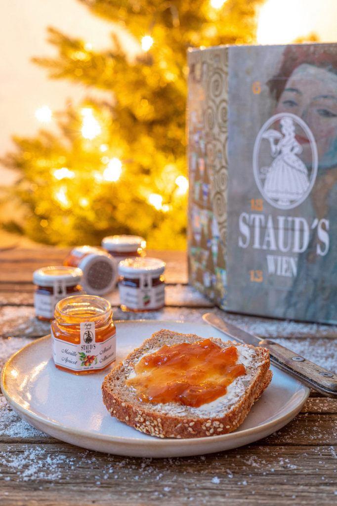 Marillenmarmelade aus dem Staud's Adventkalender 2019 am Frühstücksbrot von Verena von Sweets & Lifestyle®