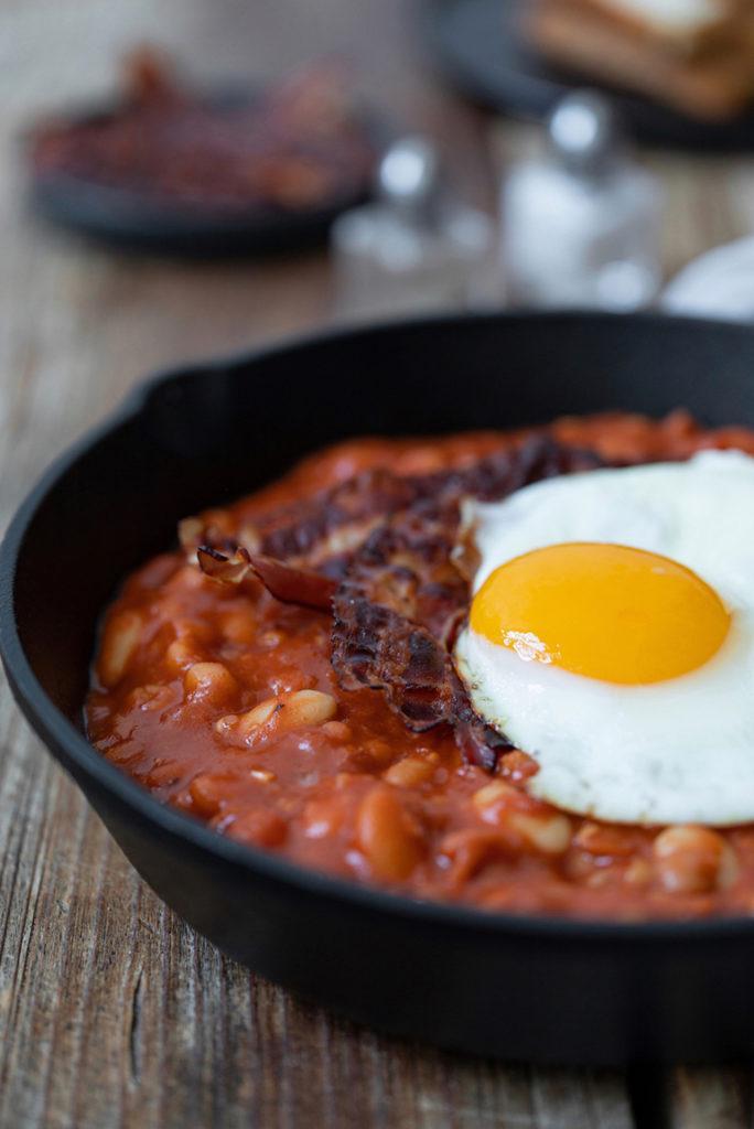 Selbst gemachte Baked Beans mit knusprigem Bacon und Spiegelei nach einem Rezept von Sweets & Lifestyle®