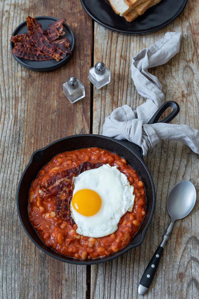 Baked Beans mit knusprigem Bacon und Spiegelei nach einem Rezept von Sweets & Lifestyle®