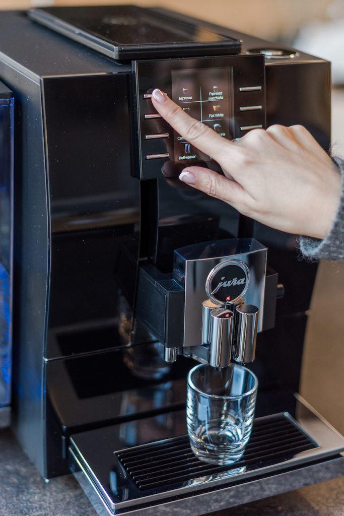 Verena Pelikan bei der Bedienung vom JURA Kaffeevollautomat Z6
