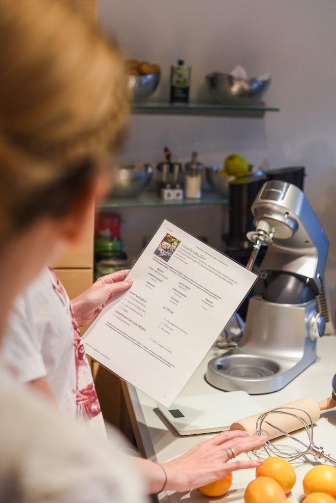 Die Rezepte von Verena Pelikan von Sweets & Lifestyle® werden beim Coca-Cola-Backworkshop zu Beginn genau durchgelesen