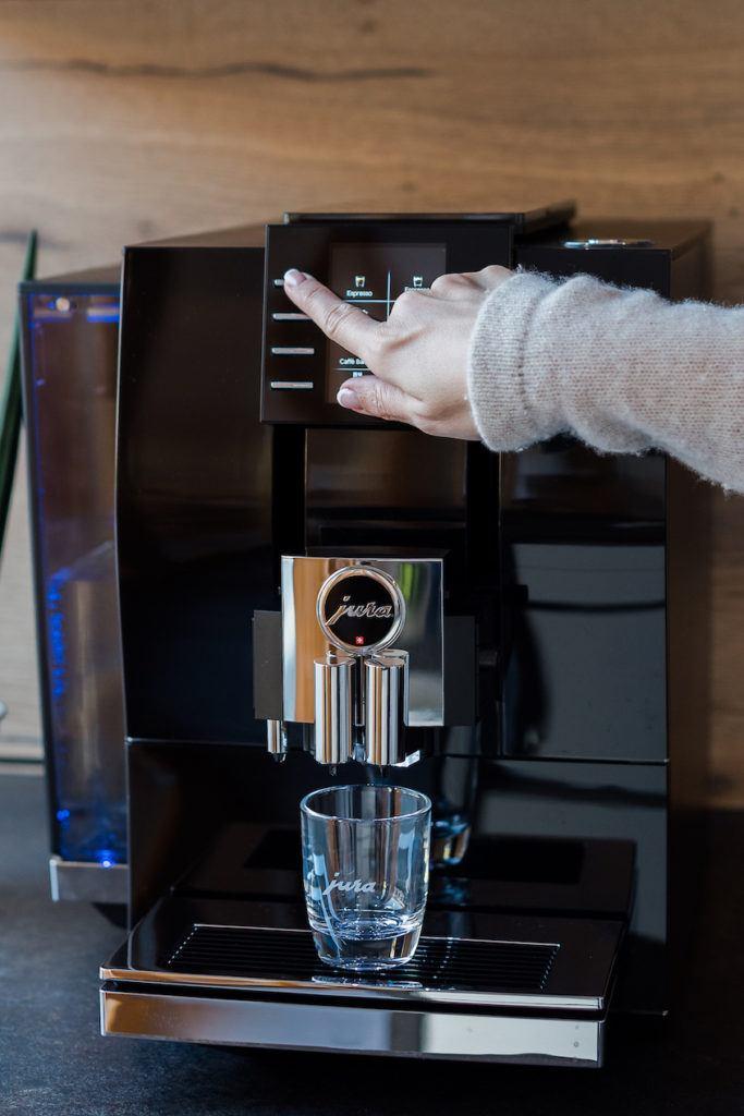Foodbloggerin Verena Pelikan beim Espresso wählen am JURA Z6 Kaffeevollautomat