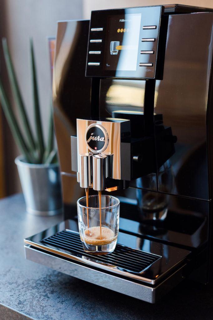 Espresso wird gebrüht im JURA Z6 Kaffeevollautomat von Sweets & Lifestyle®