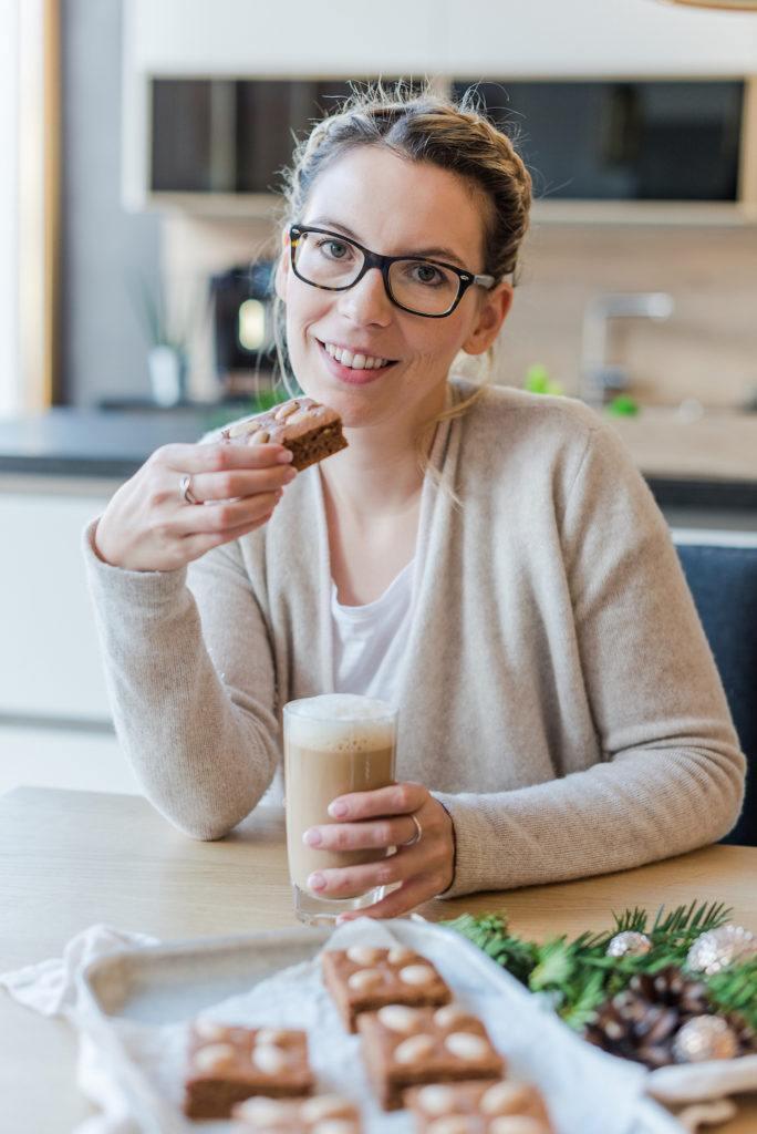Foodbloggerin Verena Pelikan beim Genießen von ihrem Lebkuchen vom Blech mit Nüssen und Kaffee