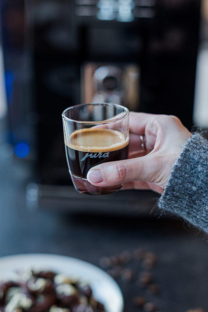 Frisch gebrühter Espresso aus dem JURA Kaffeevollautomat Z6 in der Küche von Foodbloggerin Verena Pelikan von Sweets & Lifestyle®