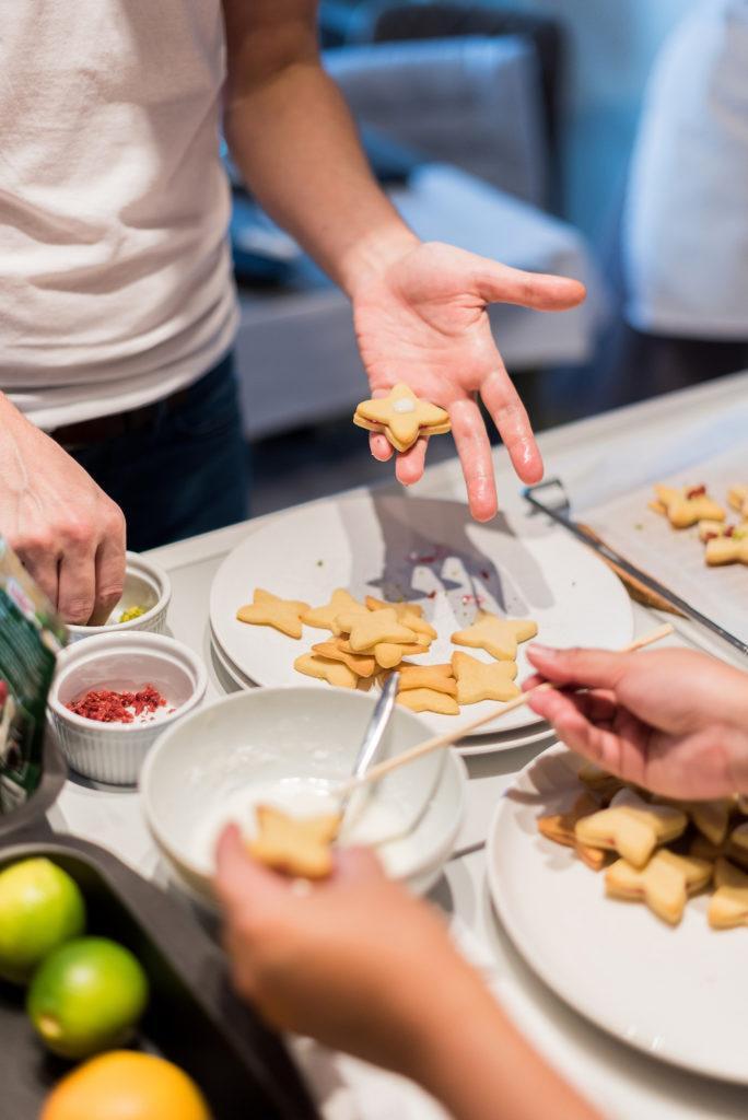 Gemeinsames Kekse backen beim Coca-Cola-Backworkshop mit Foodbloggerin Verena Pelikan von Sweets & Lifestyle®