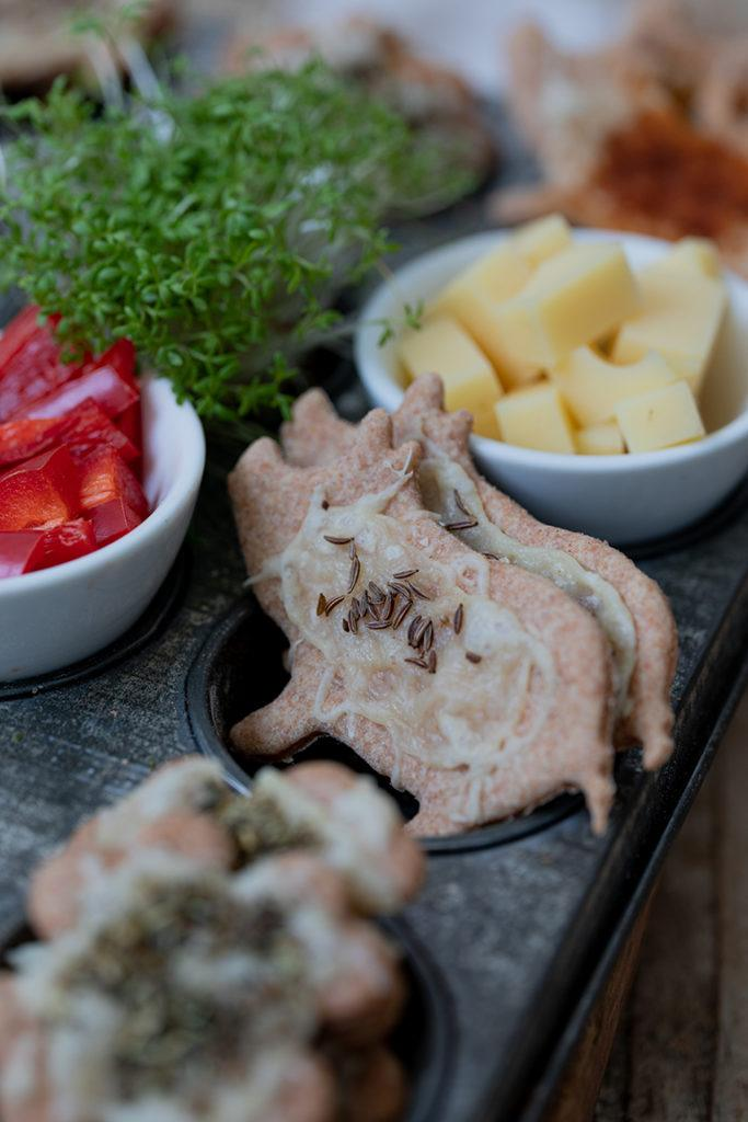 Herzhafte Kekse in Schweinchen Form als Knabbergebäck für Silvester nach einem Rezept von Sweets & Lifestyle®