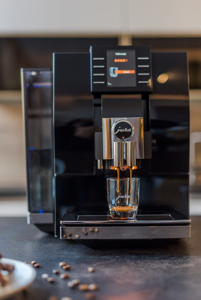 JURA Kaffeevollautomat Z6 in der Küche von Foodbloggerin Verena Pelikan von Sweets & Lifestyle®