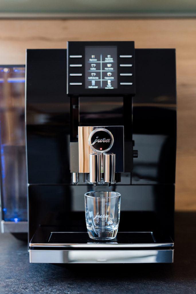 JURA Z6 Kaffeevollautomat in der Küche von Foodbloggerin Verena Pelikan