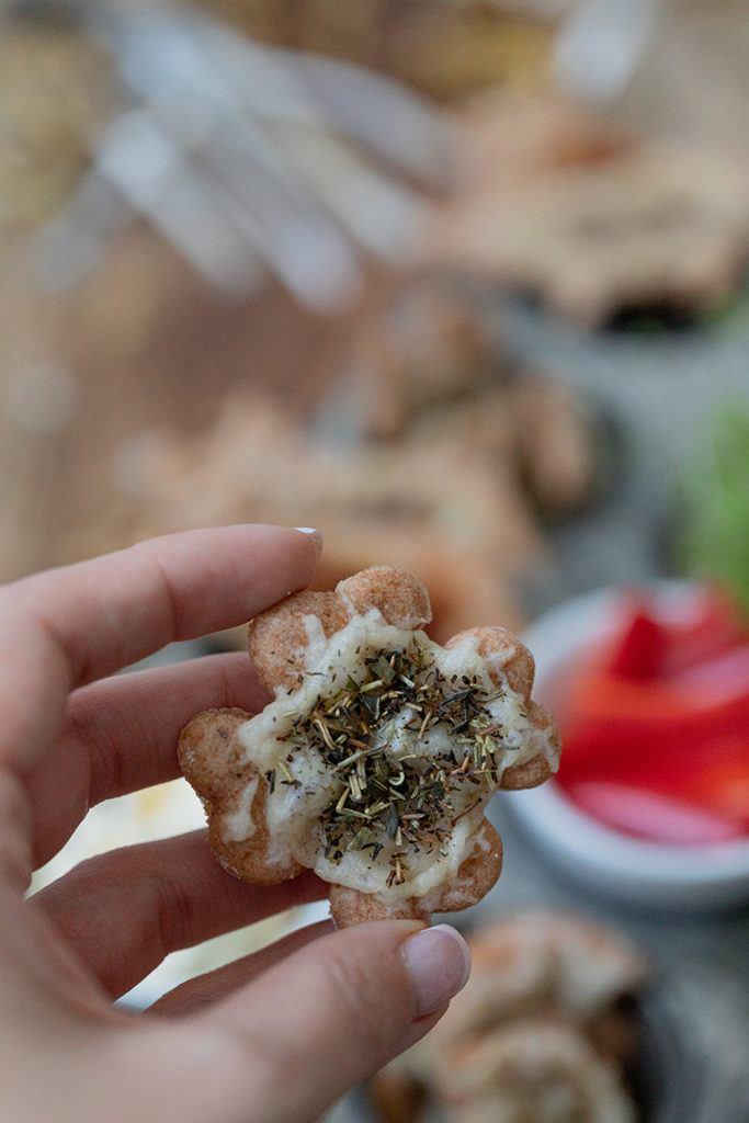 Leckeres Käsegebäck in Kleeblattform als Fingerfood für Silvester nach einem Rezept von Sweets & Lifestyle®