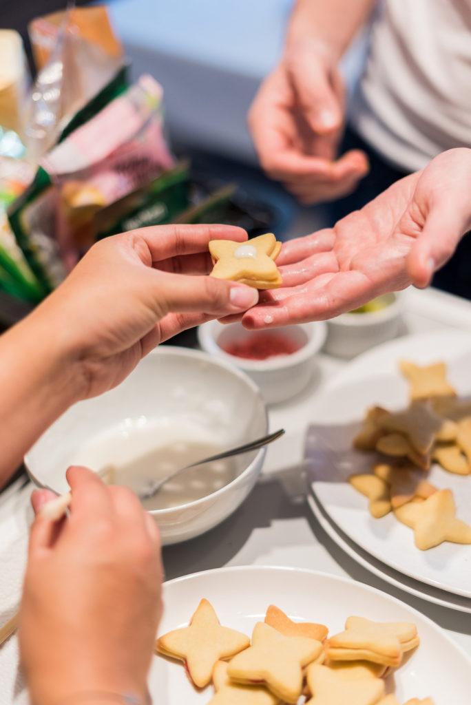 Kekse backen mit den Teilnehmerin vom Coca-Cola-Backworkshop mit Foodbloggerin Verena Pelikan von Sweets & Lifestyle®