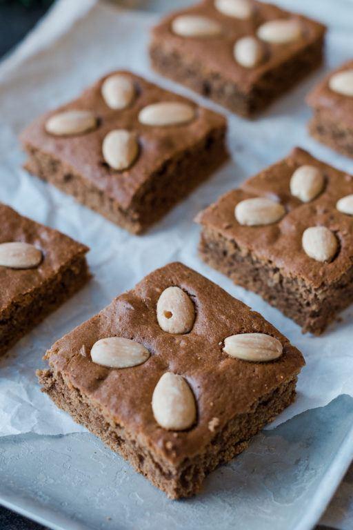 Einfacher Lebkuchen vom Blech mit Nüssen und Kaffee nach einem Rezept von Sweets & Lifestyle®