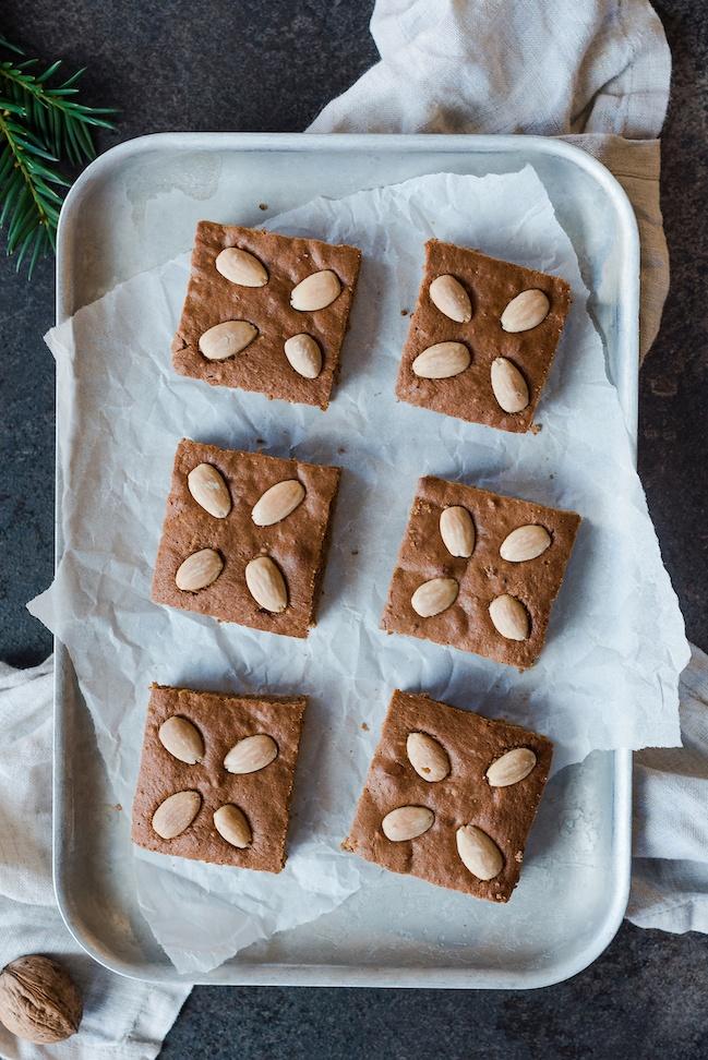 Einfacher Lebkuchen vom Blech mit Nüssen und Kaffee nach einem Rezept von von Sweets & Lifestyle®