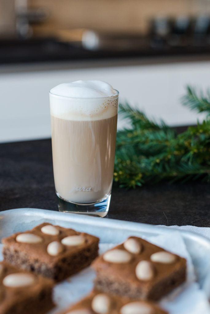 Milchkaffee zum Lebkuchen mit Nüssen und Kaffee vom Blech mit Kaffee serviert von Sweets & Lifestyle®