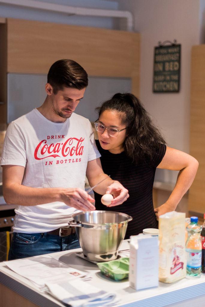 Pärchen beim gemeinsamen Kekse backen beim Coca-Cola-Backworkshop mit Verena Pelikan von Sweets & Lifestyle®