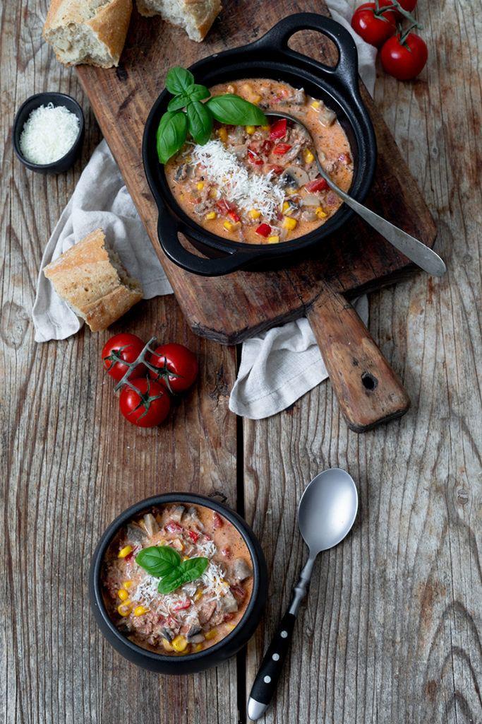 Schnelle Pizzasuppe serviert als Partysuppe nach einem Rezept von Sweets & Lifestyle®