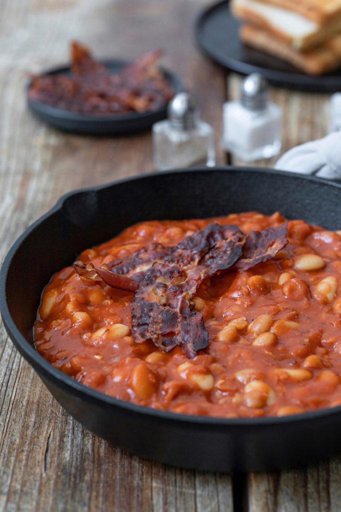 Selbst gemachte Baked Beans mit knusprigem Speck als Katerfrühstück nach einem Rezept von Sweets & Lifestyle®