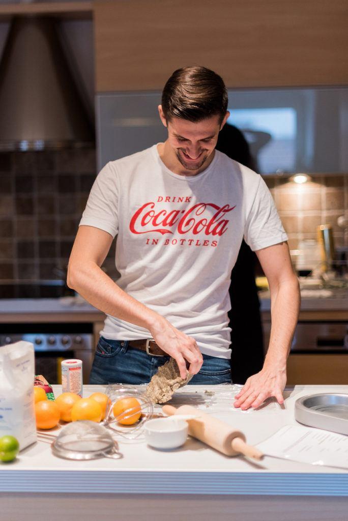 Teilnehmer beim Kekse backen beim Coca-Cola-Backworkshop von Verena Pelikan von Sweets & Lifestyle®