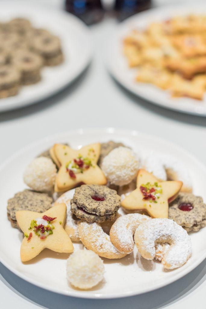 Teller mit selbst gebackenen Weihnachtskeksen nach Rezepten von Sweets & Lifestyle®
