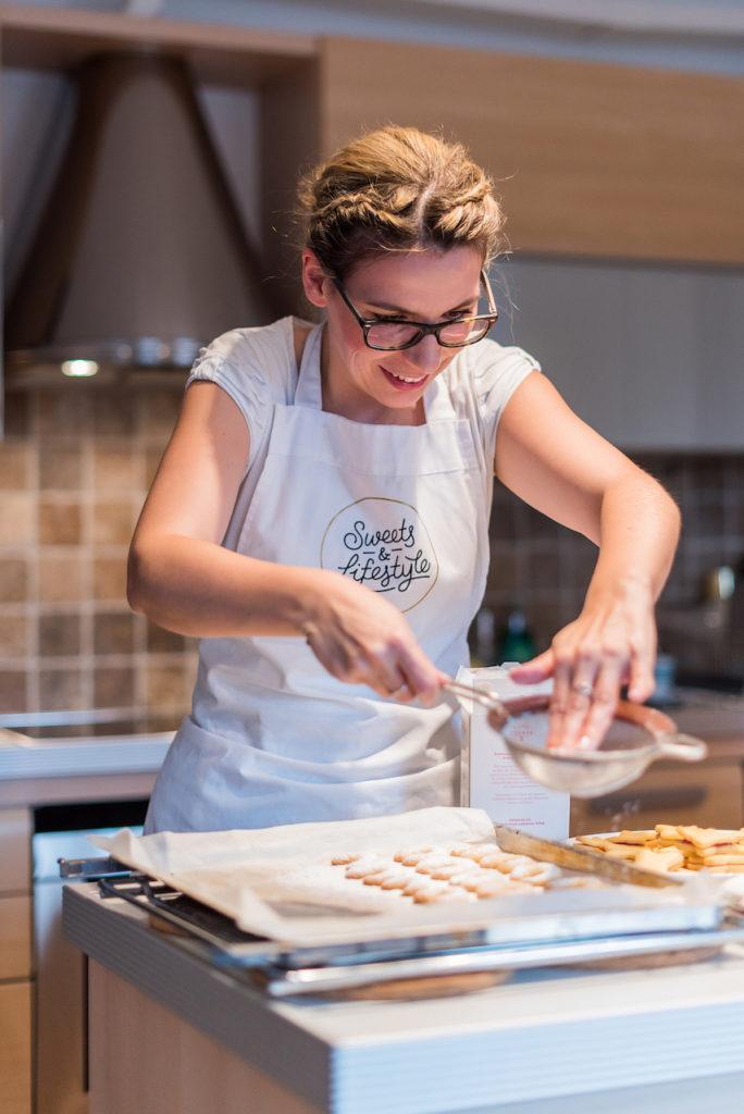 Verena Pelikan von von Sweets & Lifestyle® beim Bestreuen ihrer Vanillekipferl mit Zucker