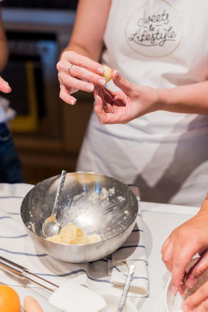 Verena Pelikan von Sweets & Lifestyle® beim Formen der Eierlikörkugeln