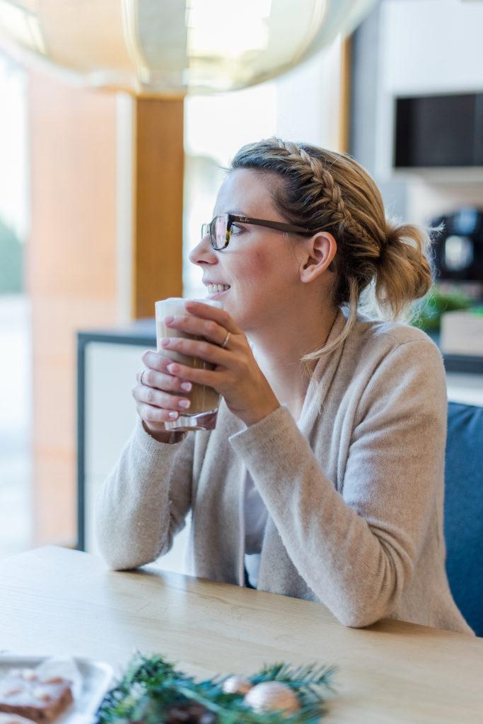 Foodbloggerin Verena Pelikan beim Kaffee trinken