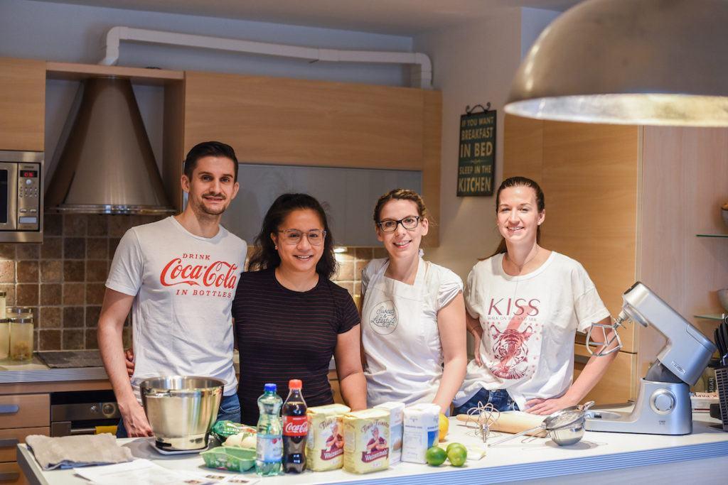 Foodbloggerin Verena Pelikan von Sweets & Lifestyle® mit den Teilnehmern ihres Backworkshops für Coca-Cola