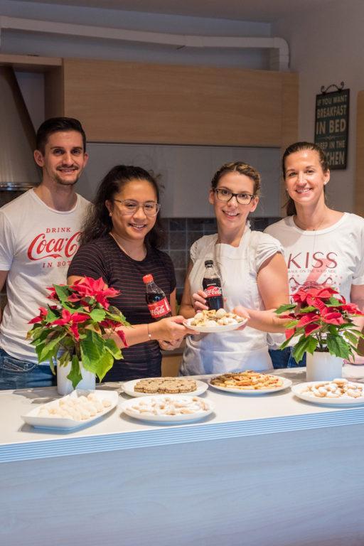 Verena Pelikan von Sweets & Lifestyle® mit den Teilnehmern vom Coca-Cola-Weihnachtsworkshop