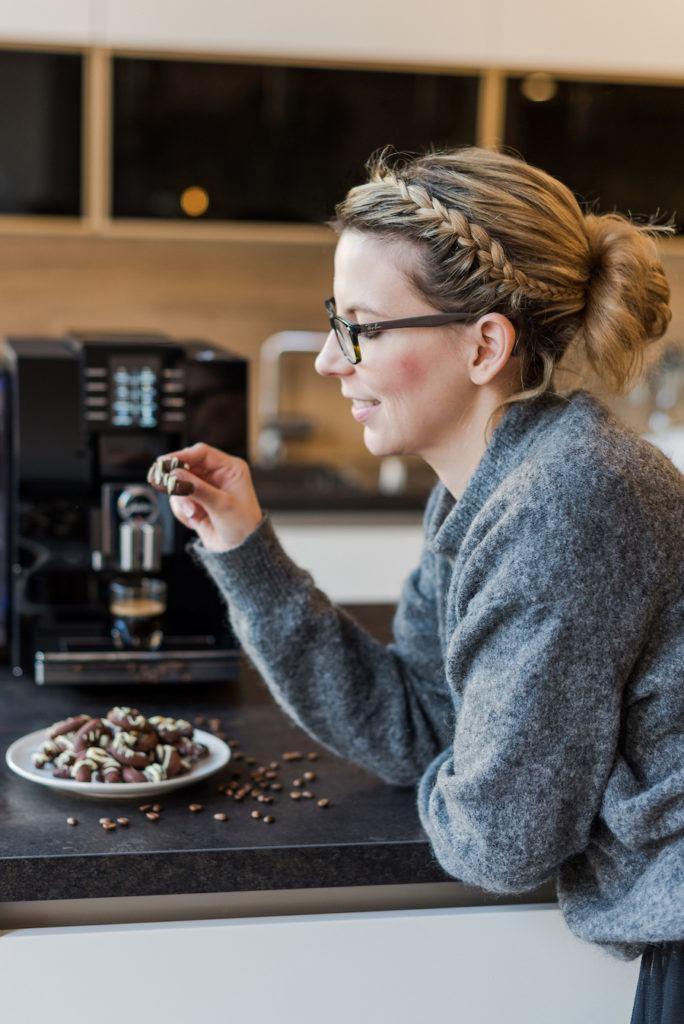 Foodbloggerin Verena Pelikan mit den von ihr kreierten Espresso Kipferl