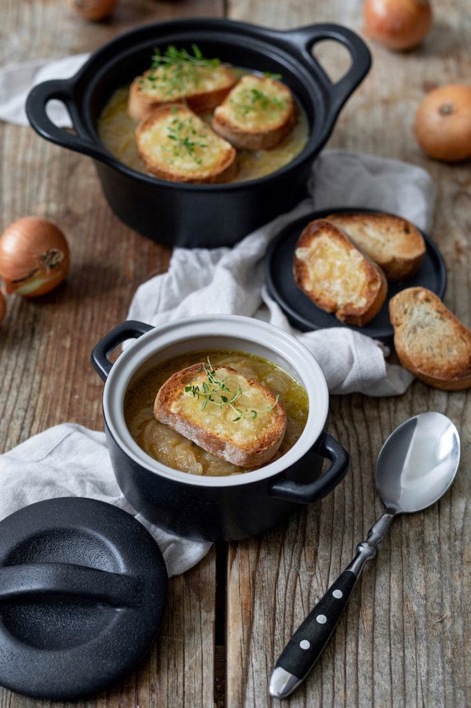 Leckere Zwiebelsuppe mit Käse überbackenem Baguette nach einem Rezept von Sweets & Lifestyle®