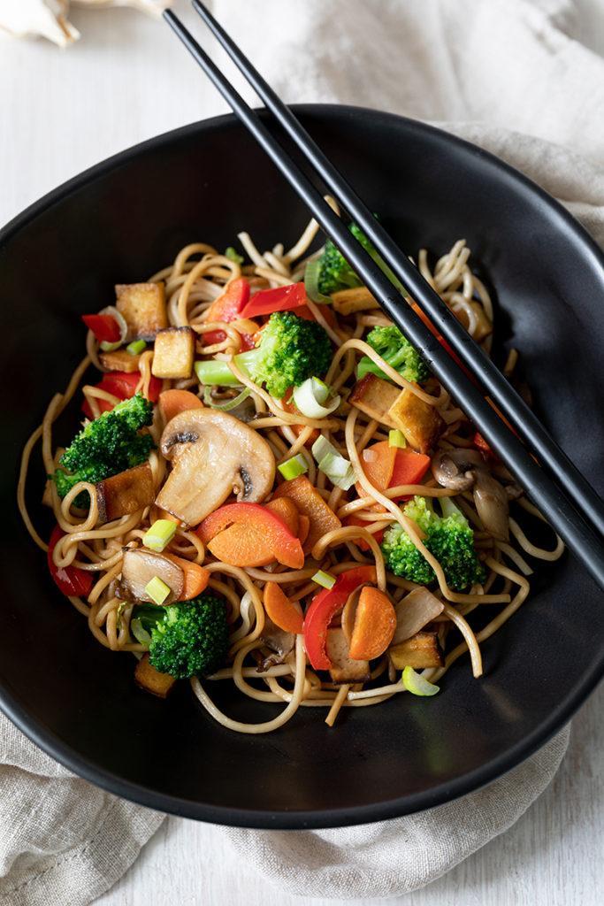 Leckere Asiapfanne mit Eiernudeln und gebratenem Gemüse nach einem Rezept von Sweets & Lifestyle®
