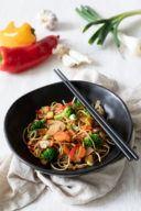 Leckere Asiapfanne mit gebratenem Gemüse Tofu und Eiernudeln nach einem Rezept von Sweets & Lifestyle®