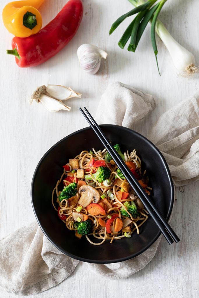 Leckere Eiernudeln mit gebratenem Gemüse und Tofu aus dem Wok nach einem Rezept von Sweets & Lifestyle®