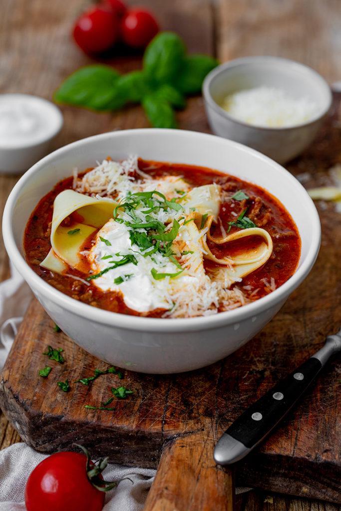 Einfache und schnell gemachte Lasagne-Suppe auch perfekt zum Aufwärmen nach einem Rezept von Sweets & Lifestyle®