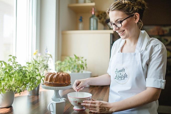 Foodbloggerin Verena Pelikan von Sweets and Lifestyle beim Entwickeln eines Rezeptes in ihrer Küche