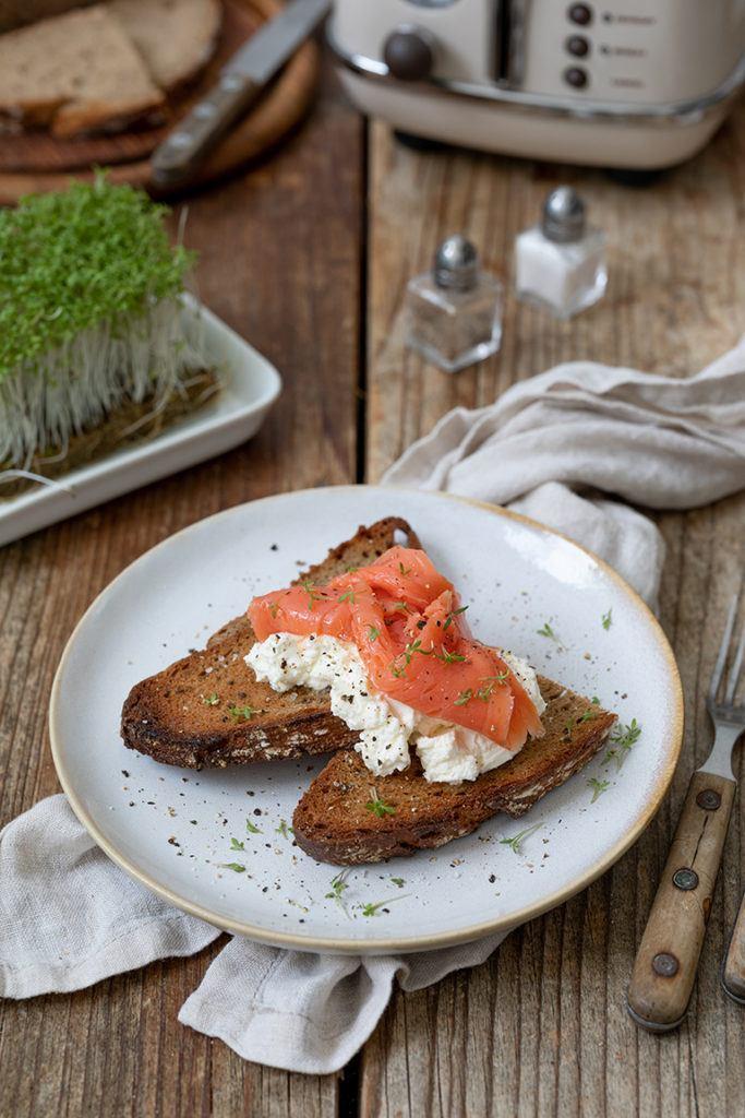 Getoastetes Schwarzbrot mit Frischkäse und geräuchertem Lachs als einfaches und leckeres Frühstück nach einem Rezept von Sweets & Lifestyle®