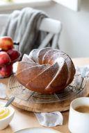 Saftiger Apfelmusgugelhupf mit Joghurt nach einem Rezept von Sweets & Lifestyle®