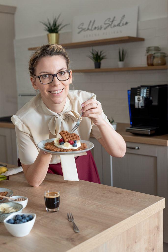 Foodbloggerin Verena Pelikan serviert leckere Kaffee Waffeln zum Frühstück am Valentinstag