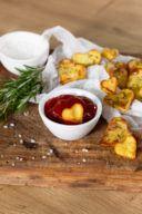 Knusprige Herzkartoffeln aus dem Backofen als leckerer Snack für den Valentinstag