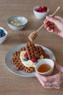 Honig über die Kaffee Waffeln nach einem Rezept von Sweets & Lifestyle® träufeln