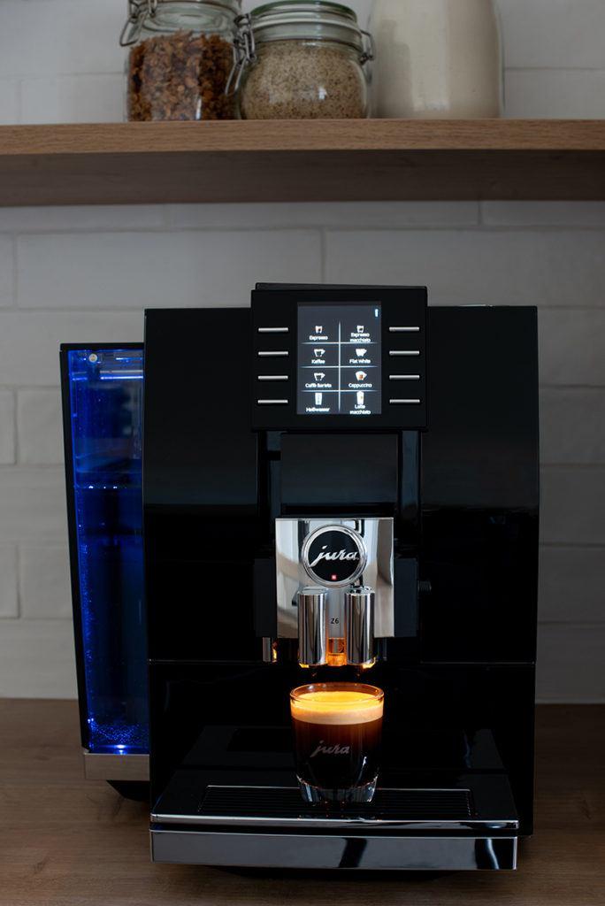 Jura Z6 Kaffeevollautomat im Betrieb im SchlossStudio von Verena Pelikan