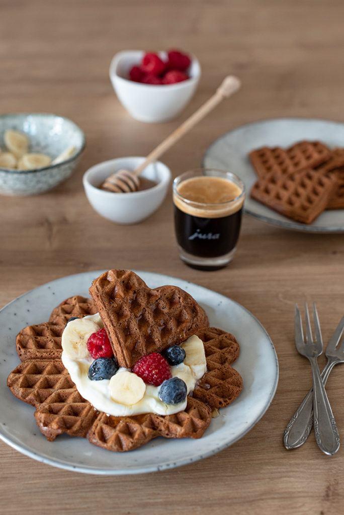 Leckere Kaffee Waffeln in Herzform zum Frühstück serviert von Verena von Sweets & Lifestyle®