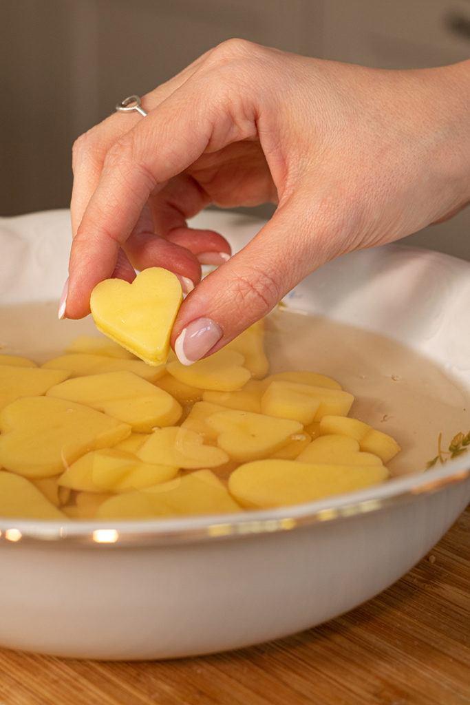 Ausgestochene Kartoffelherzen in kaltes Wasser legen wie Verena Pelikan von Sweets & Lifestyle®